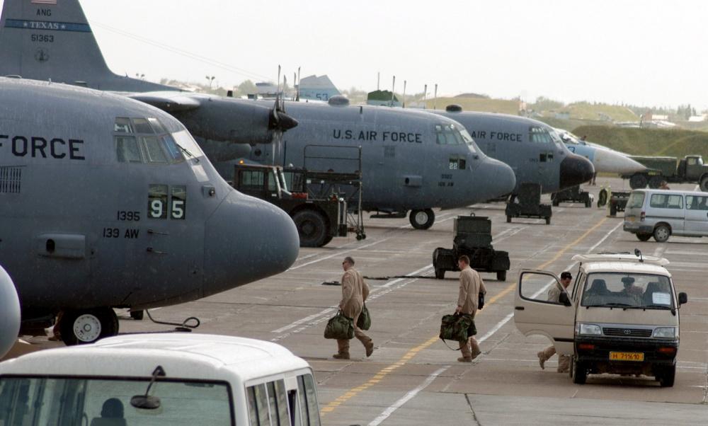 Члены экипажа C-130 Hercules направляются к своим самолётам для выполнения операции «Несокрушимая свобода» на авиабазе Карши-Ханабад, Узбекистан.