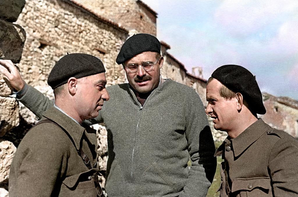 Эрнест Хемингуэй с Ильёй Эренбургом и Густавом Реглером. Испания, 1937 год.