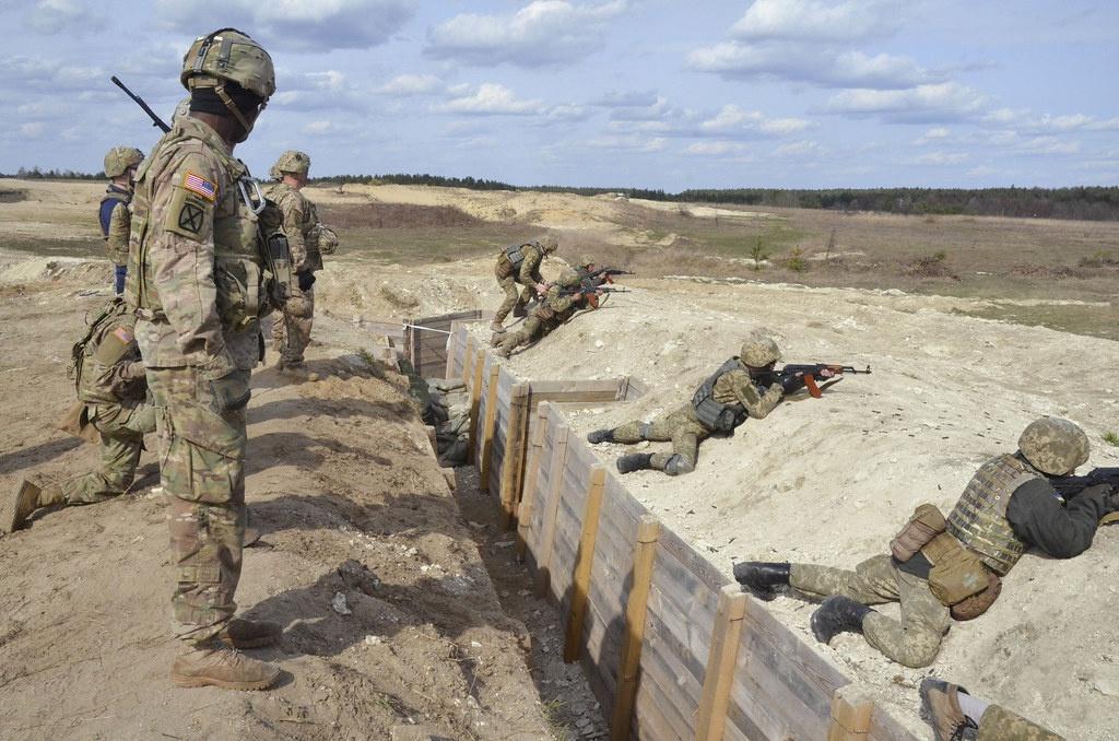 На Яворовском полигоне инструкторы из стран НАТО обучают украинских солдат.