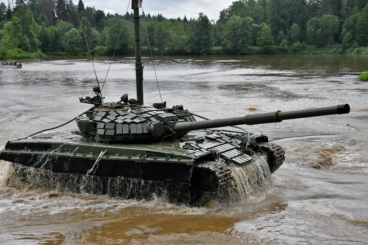 Свыше 100 экипажей танков Т-72Б гвардейской Таманской мотострелковой дивизии ЗВО отработали преодоление водной преграды по дну.