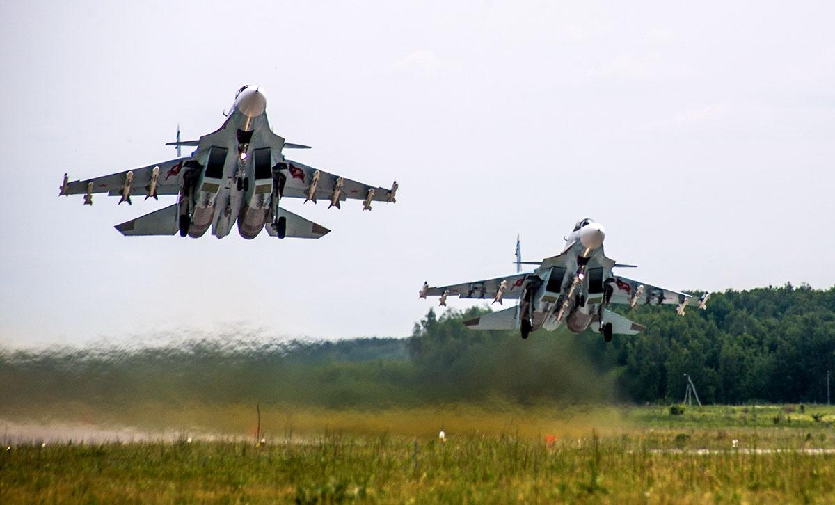 Многоцелевые истребители Су-30СМ вылетают для выполнения тренировочного полёта над акваторией Чёрного моря.