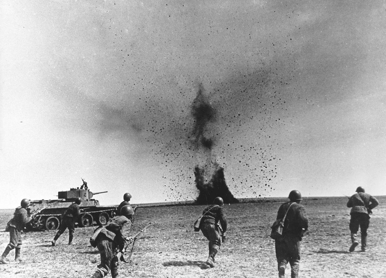 Бойцы и командиры 57-й танковой не только оборонялись, но и активно контратаковали противника.