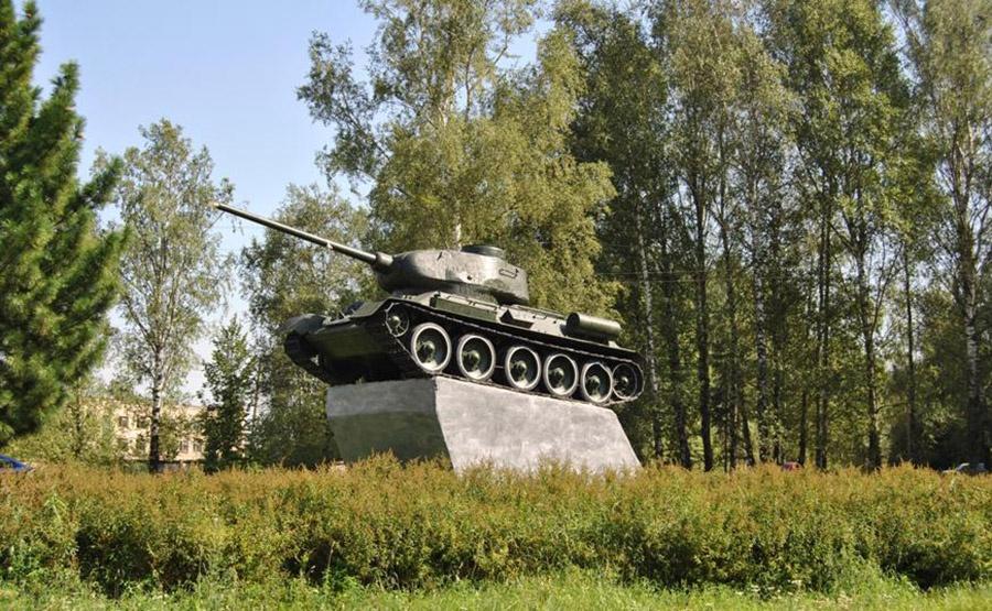 В 1968 году на въезде в Красный открыли памятник. На бетонном постаменте навечно застыл легендарный Т-34.