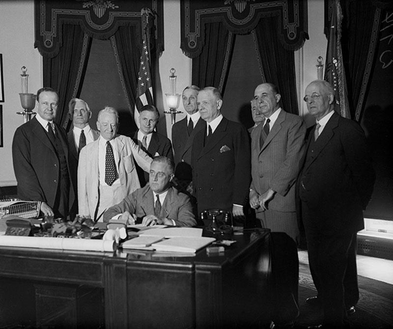 Президент Рузвельт подписывает «Чрезвычайный закон о банках», ещё называемый законом Гласса–Стиголла.