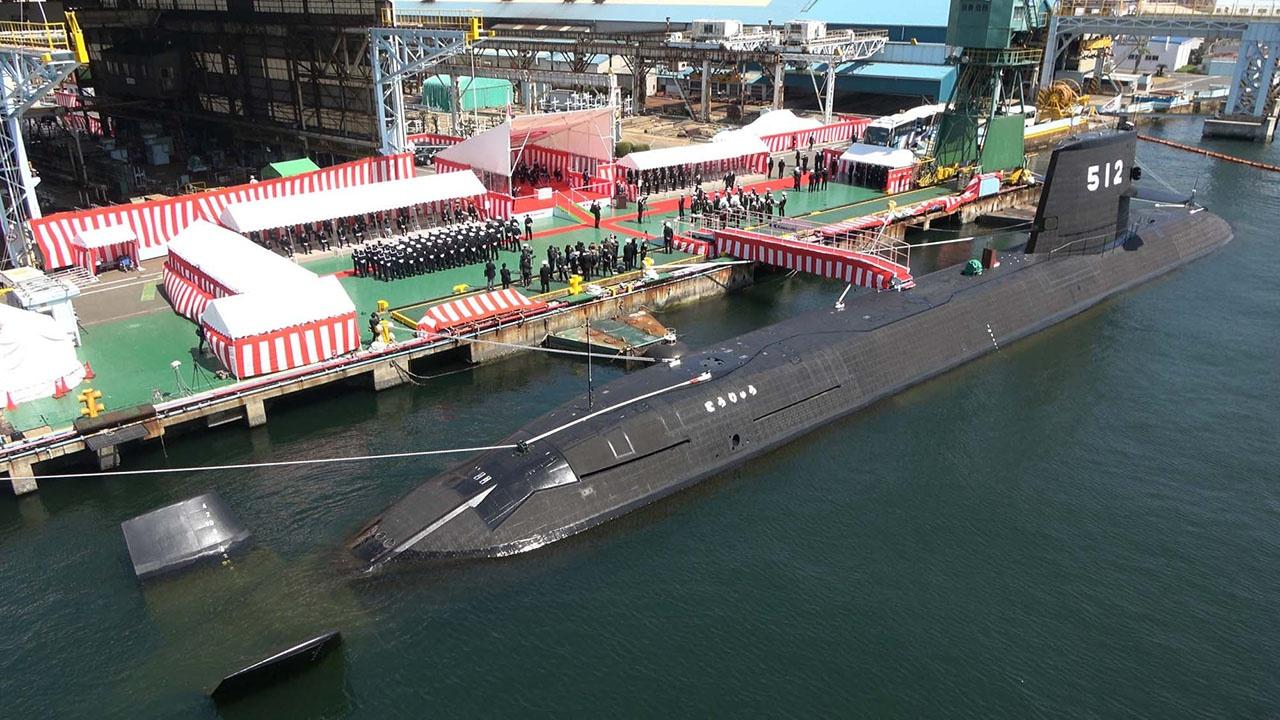 Церемония передачи новой ударной подводной лодки «Торю» («Сражающийся дракон») в состав ВМС Японии.