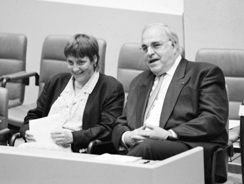 «Девочкой» Коля её окрестили, когда в 1990 году канцлер Гельмут Коль продвинул Меркель на должность министра по делам женщин и молодёжи.