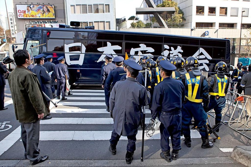 Протест японских националистов у российского посольства в Токио.
