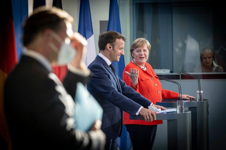 На недавнем саммите ЕС Меркель и Эмманюэль Макрон выдвинули предложение о поиске форматов диалога с Москвой.