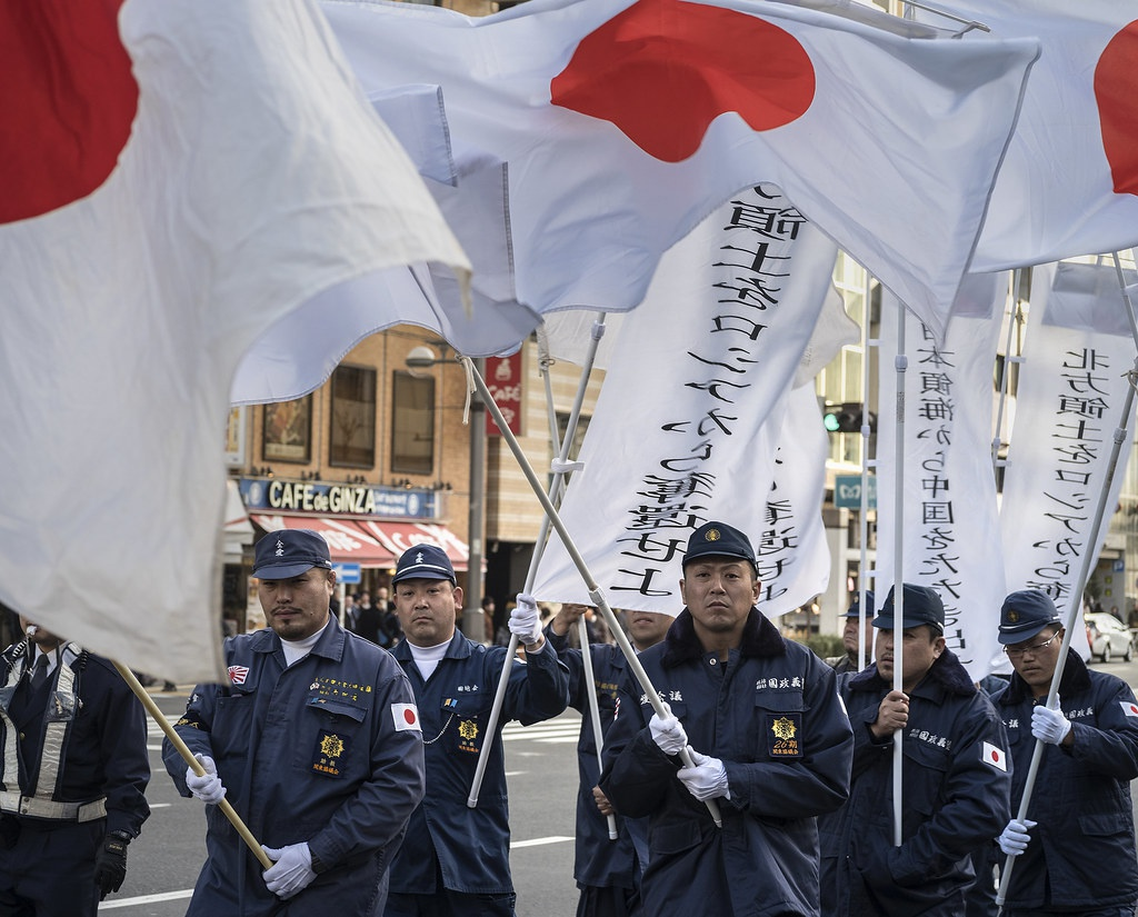 Марш националистов, выступающих за возрождение былого имперского величия, за реанимацию «самурайского духа Ямато».