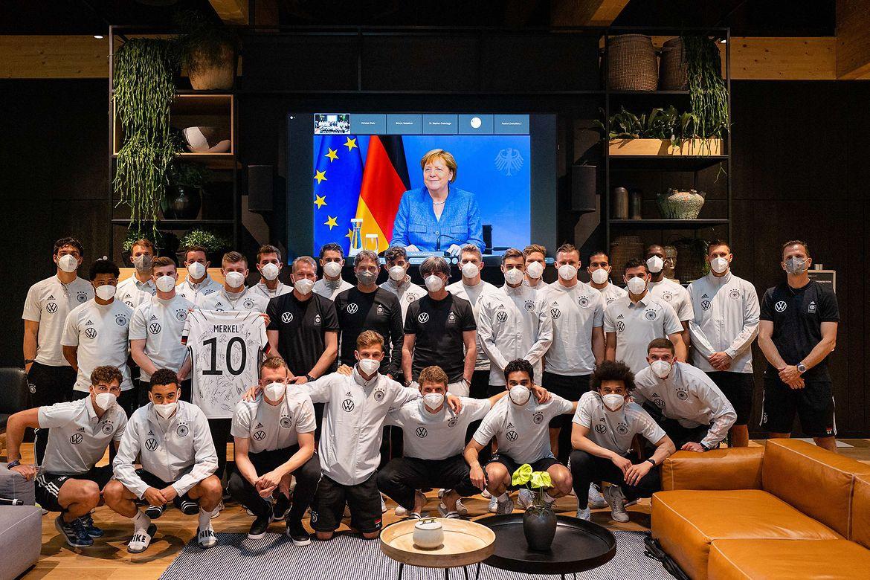 Берлин, 10 июня 2021 года. Перед началом чемпионата Европы канцлер Ангела Меркель пожелала сборной Германии успехов в предстоящем турнире.