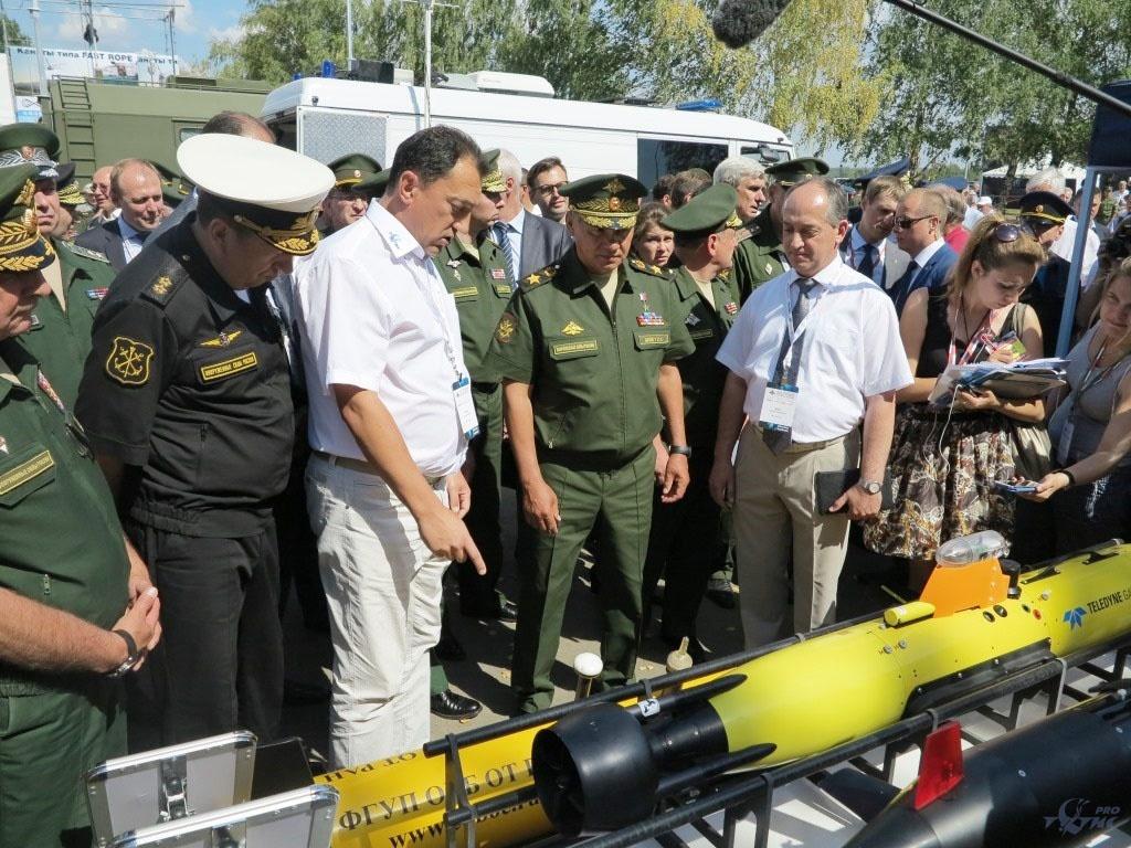 Министр обороны РФ Сергей Шойгу осматривает новый автономный необитаемый аппарат «Концепт-М».