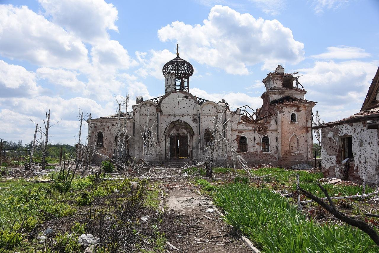 Руины православной церкви после обстрела возле международного аэропорта Донецка.