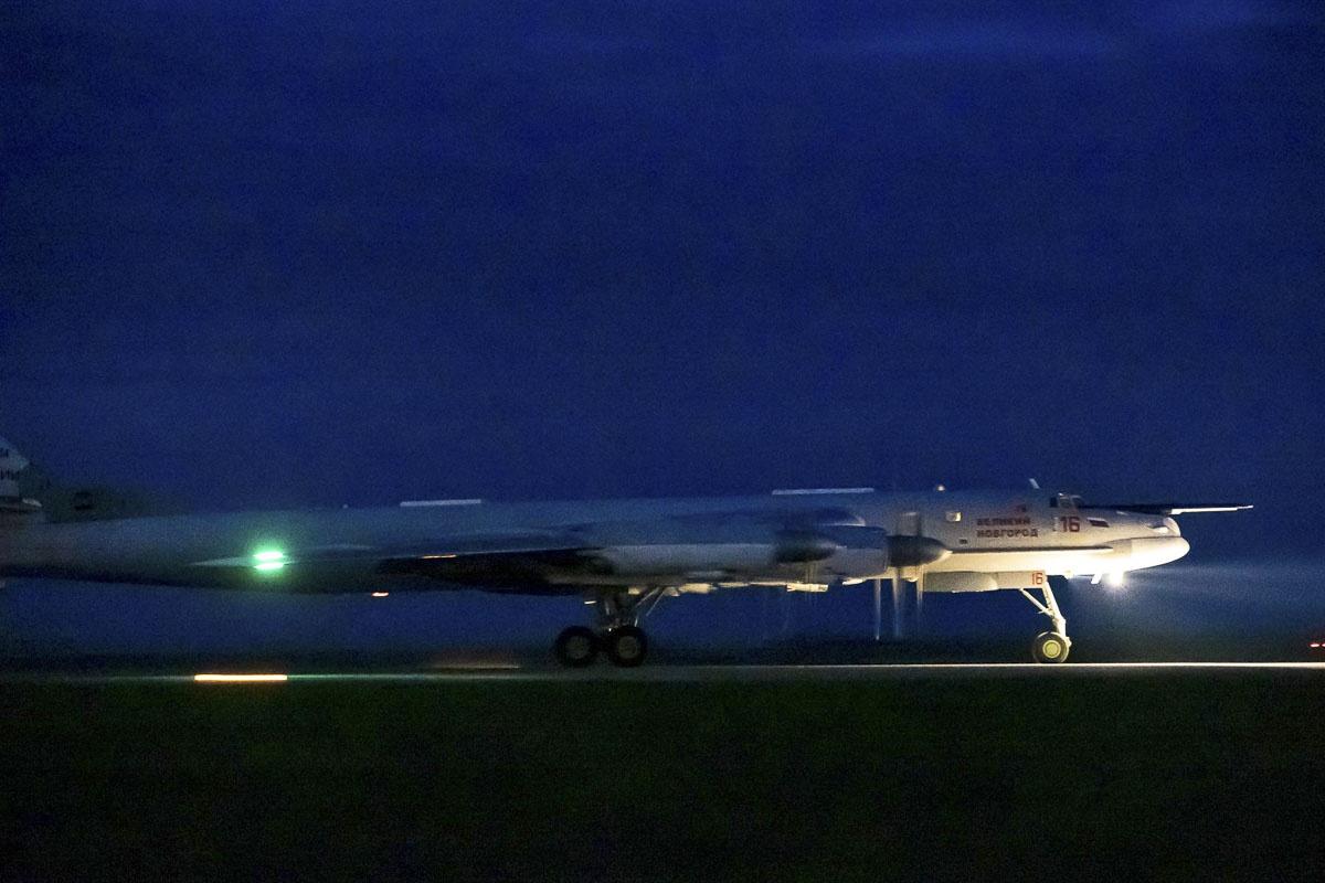 Экипажи Дальней авиации Воздушно-космических сил выполнили первые в летнем периоде обучения ночные полёты на стратегических ракетоносцах Ту-95МС.