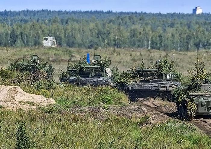 На полигоне Дорогобуж в Смоленской области военнослужащие танковых и мотострелковых подразделений Ельнинской гвардейской мотострелковой дивизии остановили нападение условного противника.