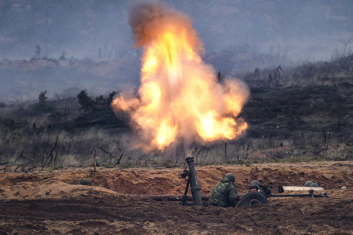В ходе учений расчёты 120-мм миномётных комплексов «Сани» произвели залпы по особо важным объектам неприятельских войск.