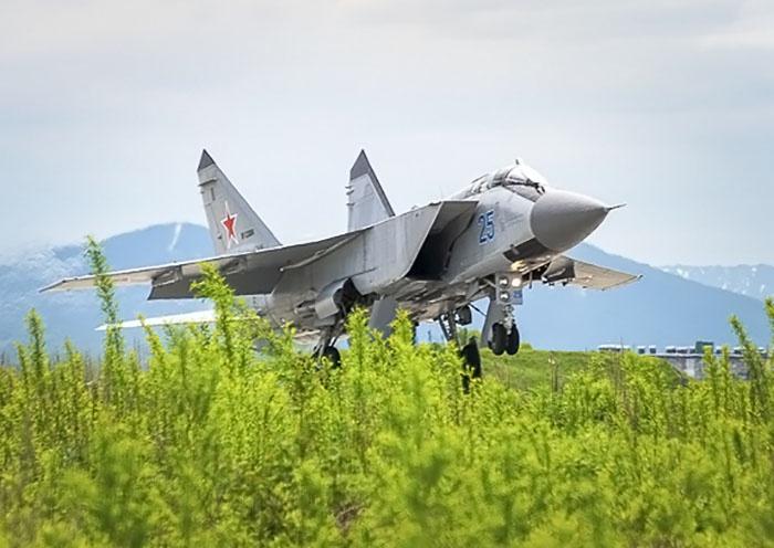 Недавние выпускники высших военных авиационных училищ произвели взлёты с аэродрома Елизово.