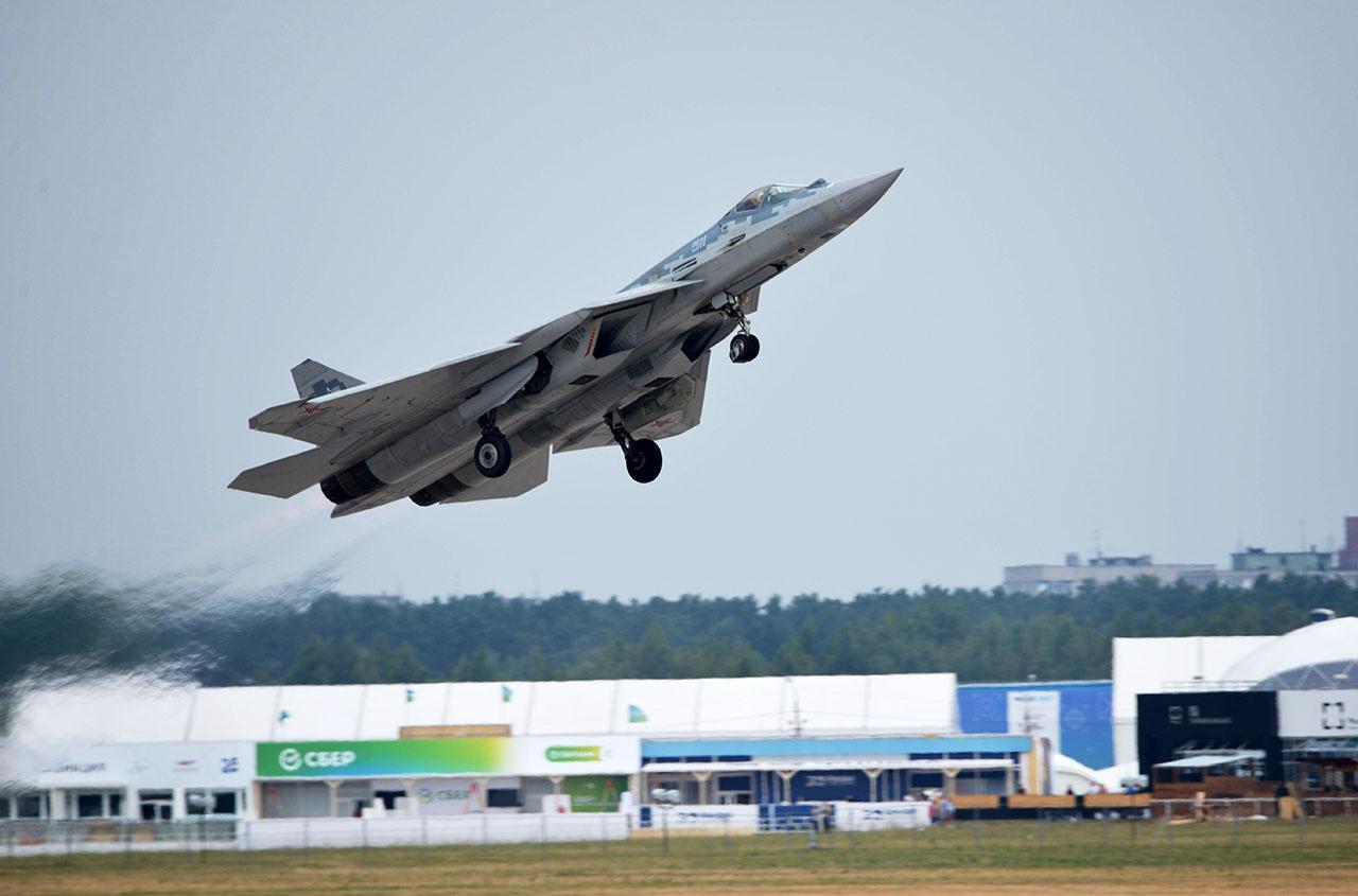 Многофункциональный истребитель пятого поколения Су-57 участвует в лётной программе открытия Международного авиационно-космического салона МАКС-2021.