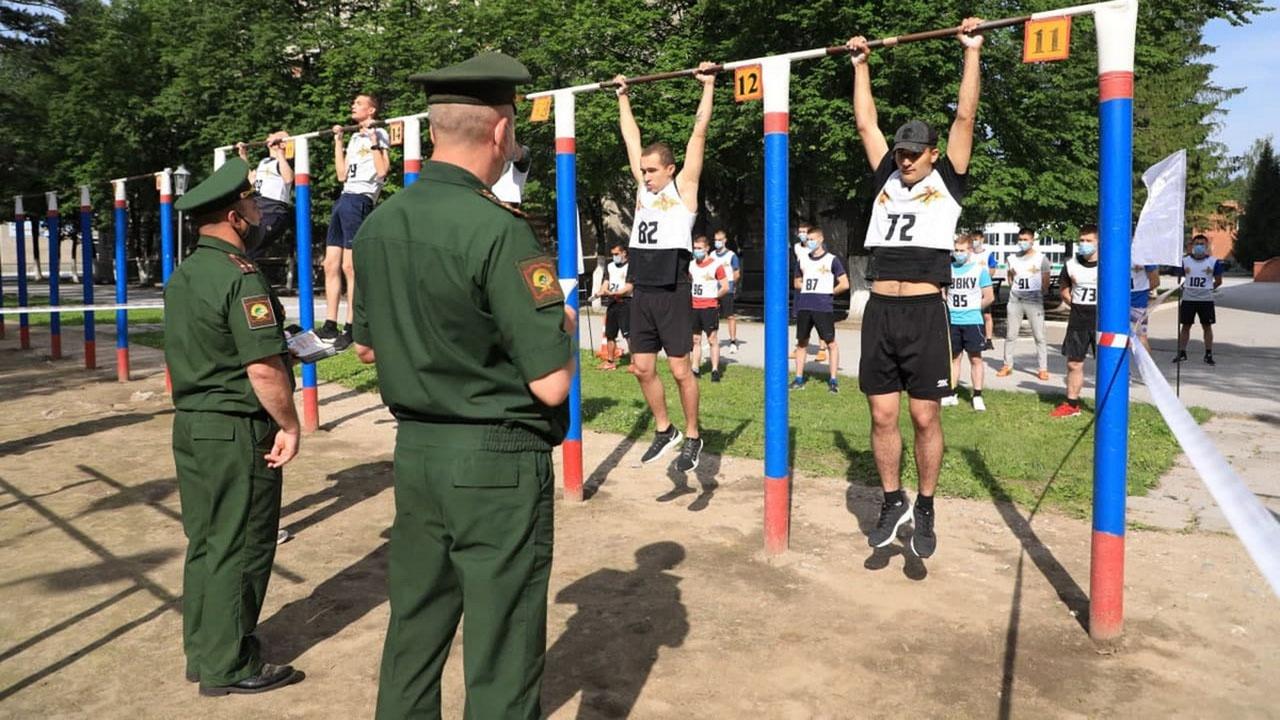 Кандидаты в курсанты должны сдать вступительные экзамены по физической подготовке.