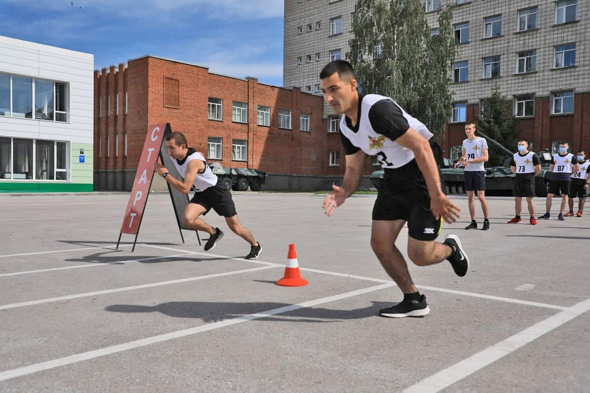 При сдаче физподготовки абитуриентам необходимо выполнить три норматива - подтягивание на перекладине, бег на 100 метров и 3 километра.