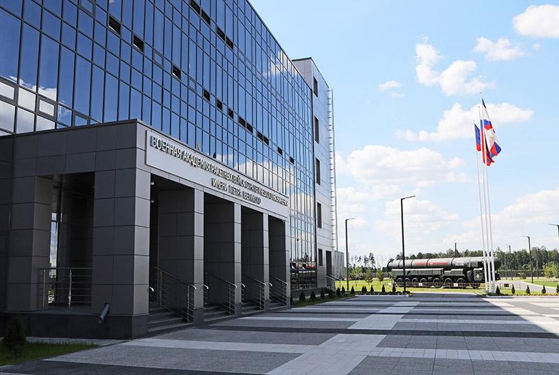 Абитуриенты из Москвы и Московской области в этом году сдают вступительные испытания в Военной академии Ракетных войск стратегического назначения имени Петра Великого.