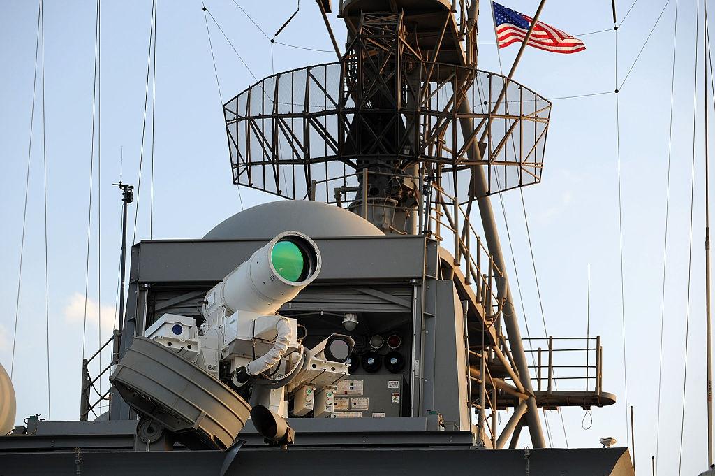 На десантном вертолётоносном корабле-доке «Понсе» ВМС США установлена экспериментальная система ПВО с инфракрасным лазером AN/SEQ-3 Laser Weapon System.
