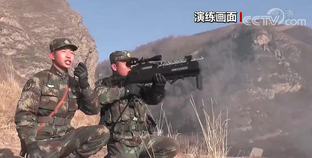 Китайское антидроновое ружьё UAV-D04JA способно работать на дистанции до километра в течение полутора часов.