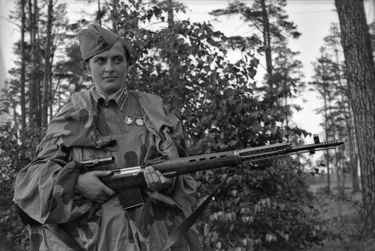 Иван Шагин. Снайпер Людмила Павличенко с винтовкой СВТ-40.