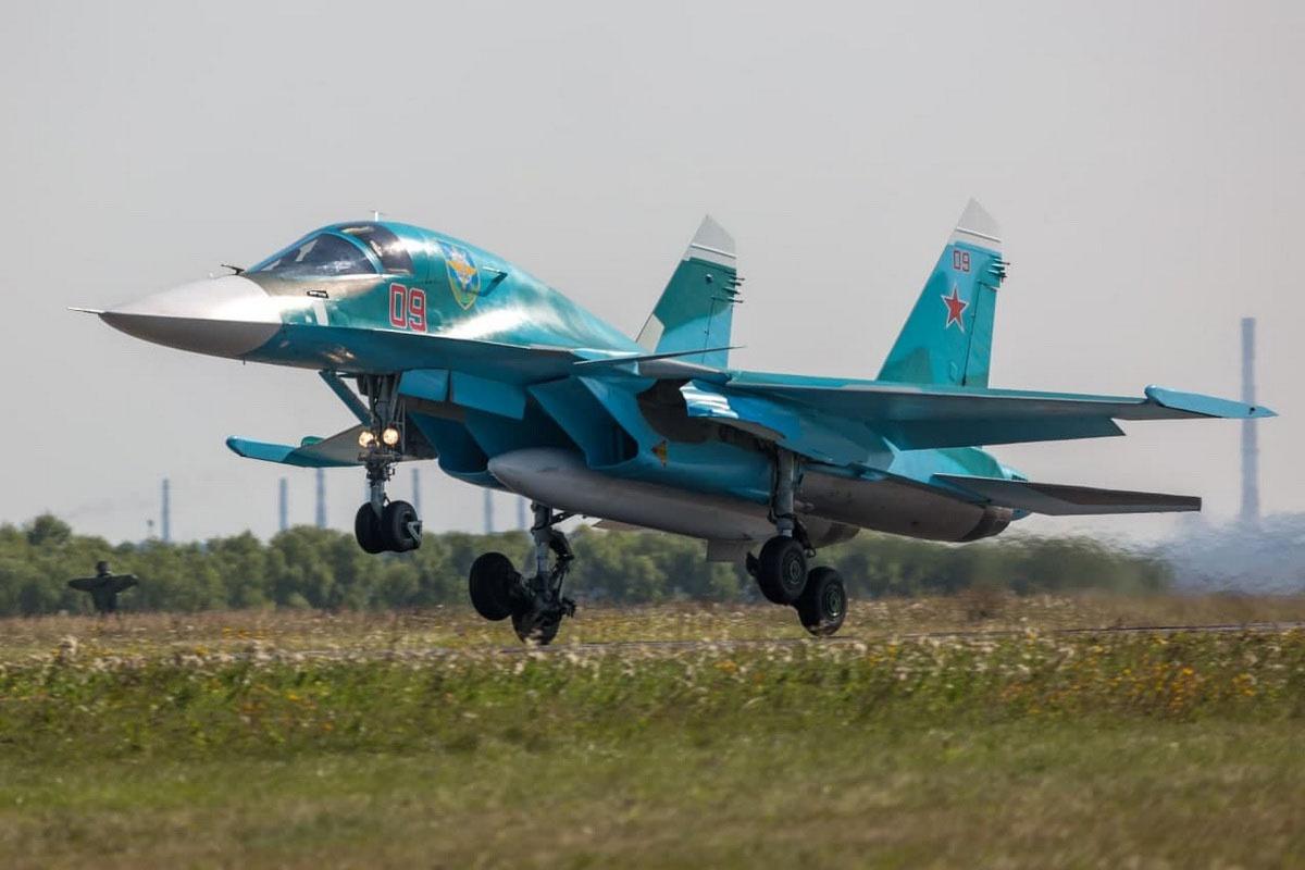 На учении в Курганской области экипажи многофункциональных истребителей-бомбардировщиков Су-34 авиаполка применили корректируемыеавиабомбывесом500кгсоспутниковымнаведением.