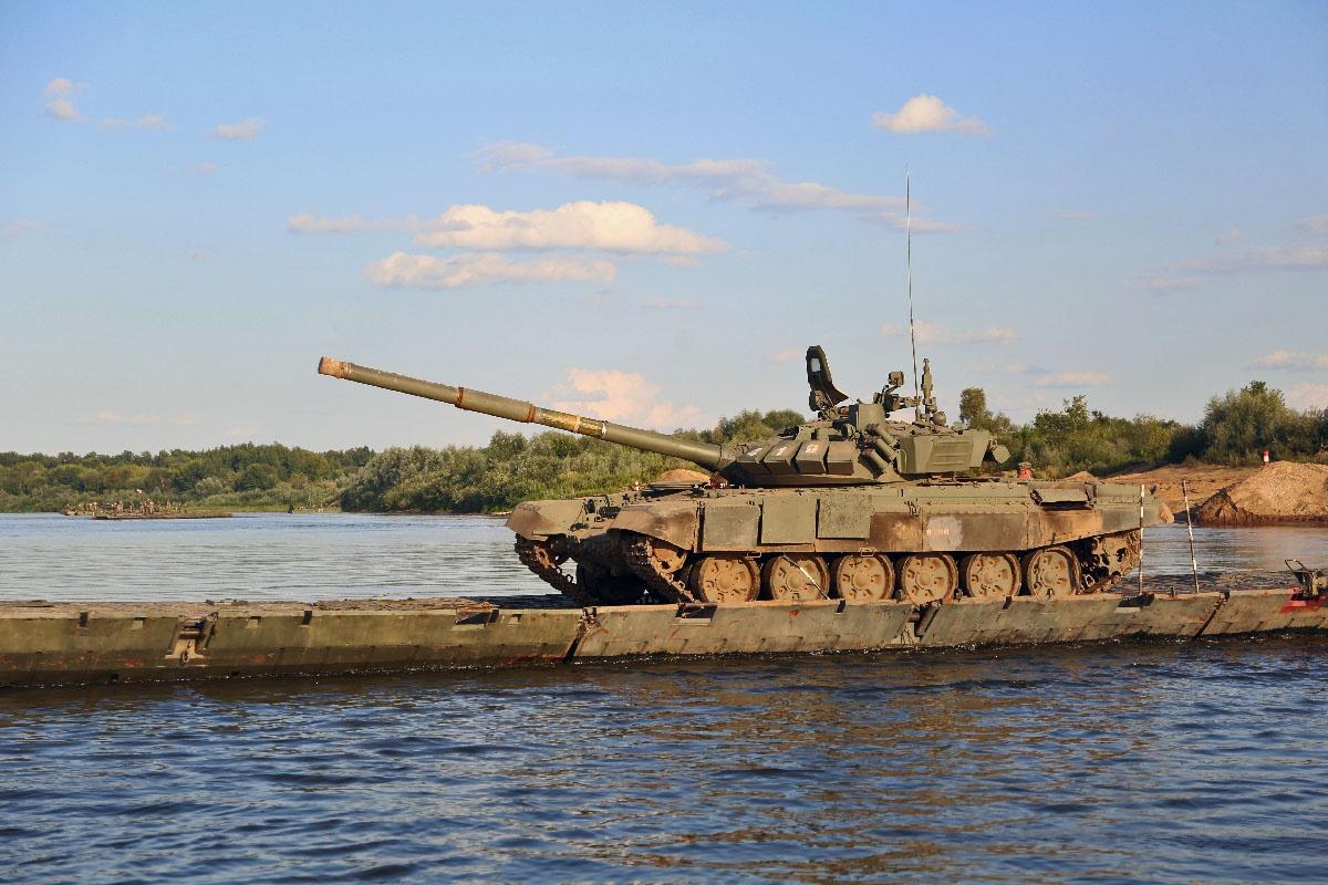 Переправа танков с правого на левый берег Оки.