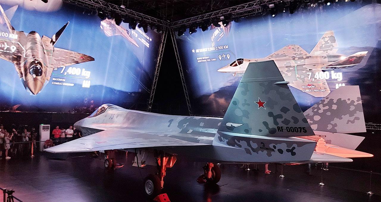 Пятнистый камуфляж и красные звёзды на плоскостях выполнены в стиле Воздушно-космических сил России.