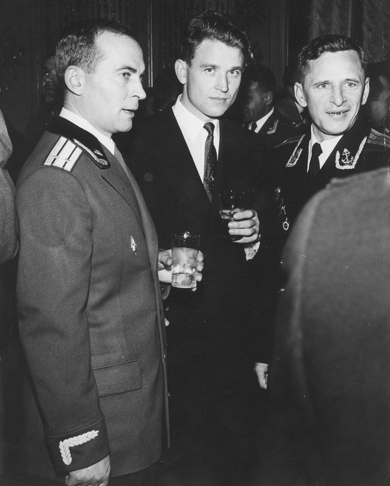 Среди коллег - военных разведчиков. В. Любимов - в центре, слева - А. Попов, справа - Б. Поликарпов.