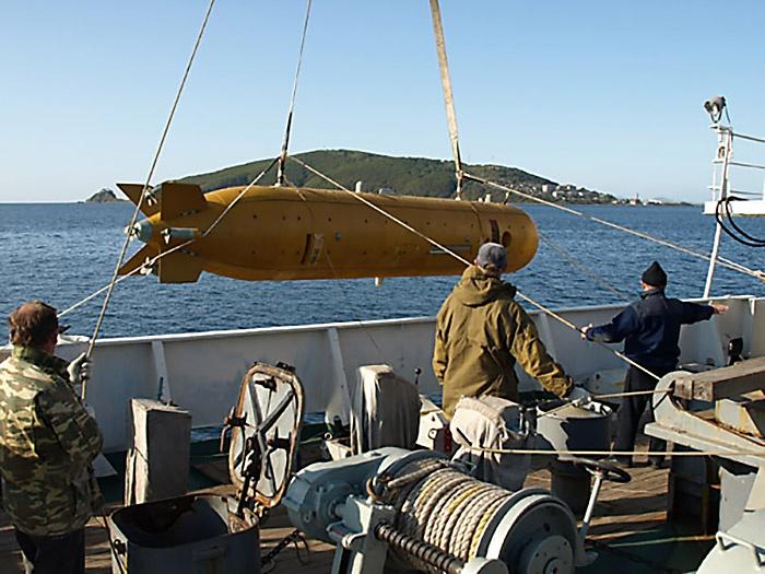 Спуск под воду автономного исследовательского аппарата «Клавесин-1Р».