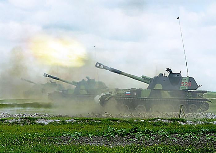 Расчёты 152-мм самоходных гаубиц «Акация» ведут подвижный заградительный огонь.