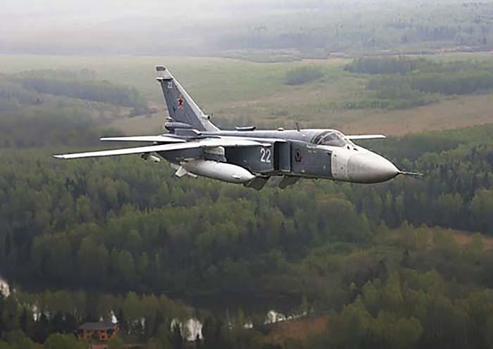 Экипажи фронтовых бомбардировщиков Су-24М уничтожили учебные наземные цели с выполнением сложных видов манёвра, в том числе пикирования до высоты 200 м.