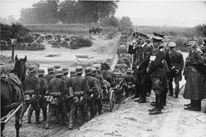 Адольф Гитлер, не собиравшийся соблюдать Договор с СССР о ненападении, наблюдает за войсками во время вторжения Германии в Польшу 1 сентября 1939 года. 22 июня 1941 года эти войска перейдут все границы.
