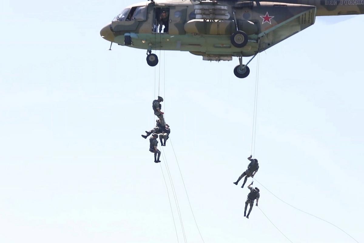Десантники Новороссийского гвардейского десантно-штурмового горного соединения отработали беспарашютное десантирование из транспортно-боевых вертолётов Ми-8АМТШ.