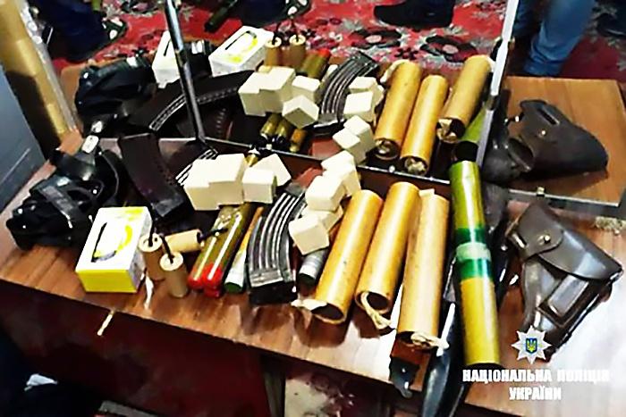 У военного пенсионера, проживающего в посёлке Делятин Ивано-Франковской области, нашли автомат и пистолет, украденные в одной из воинских частей и областного управления Службы безопасности Украины.