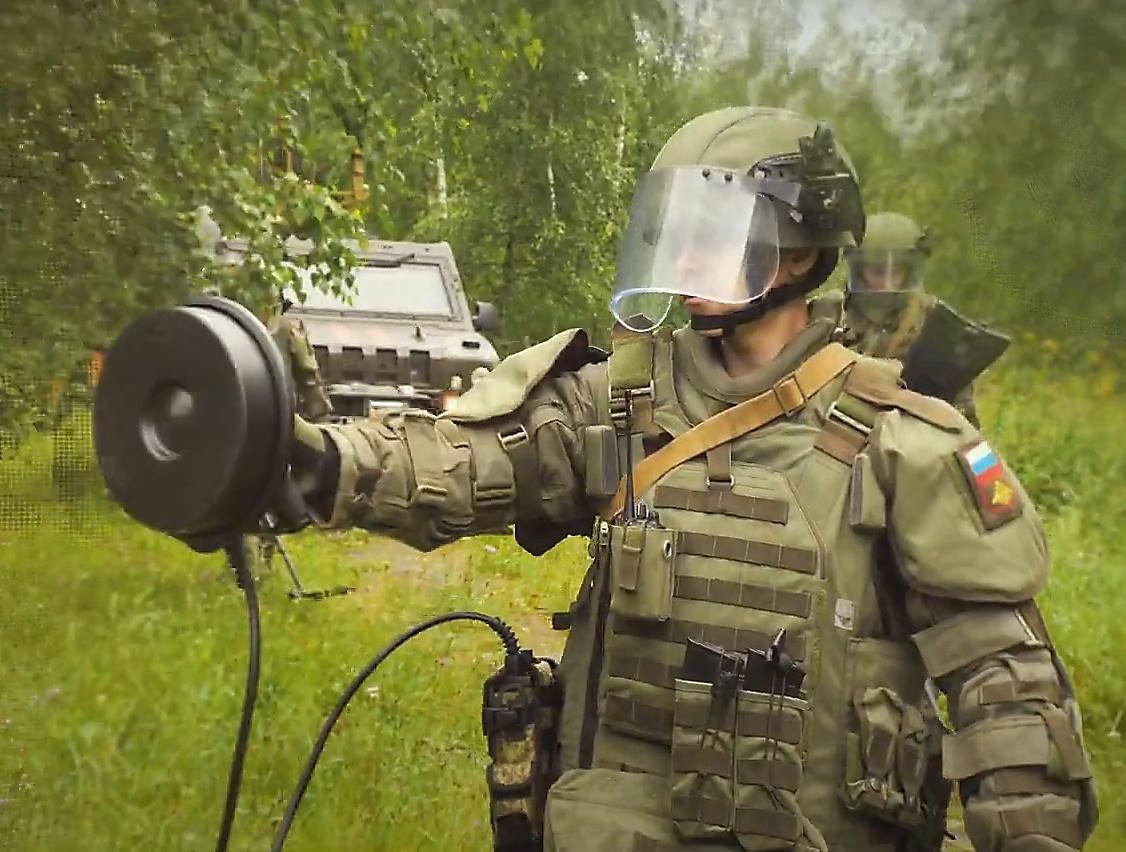На прошедших манёврах Западного военного округа военнослужащие использовали миноискатель «Коршун-ИНВ-3М».