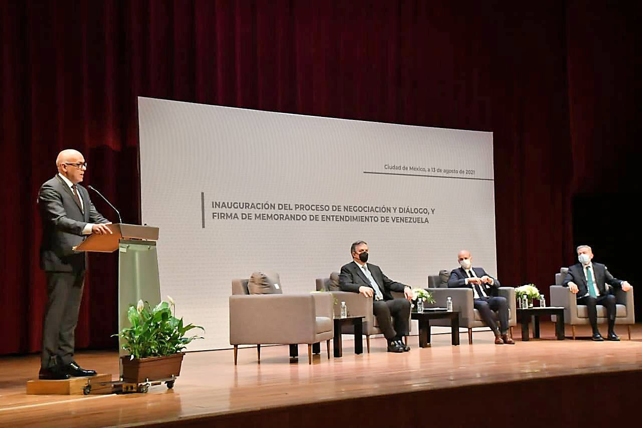 Делегацию правительства Венесуэлы возглавляет спикер Национальной ассамблеи и бывший вице-президент страны Хорхе Родригес (на трибуне).