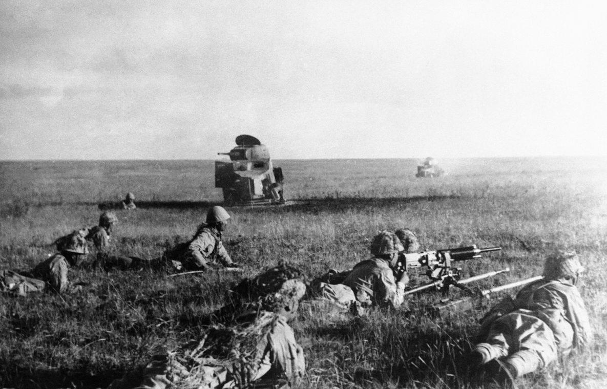 Японские солдаты в бою на реке Халхин-Гол в Монголии.