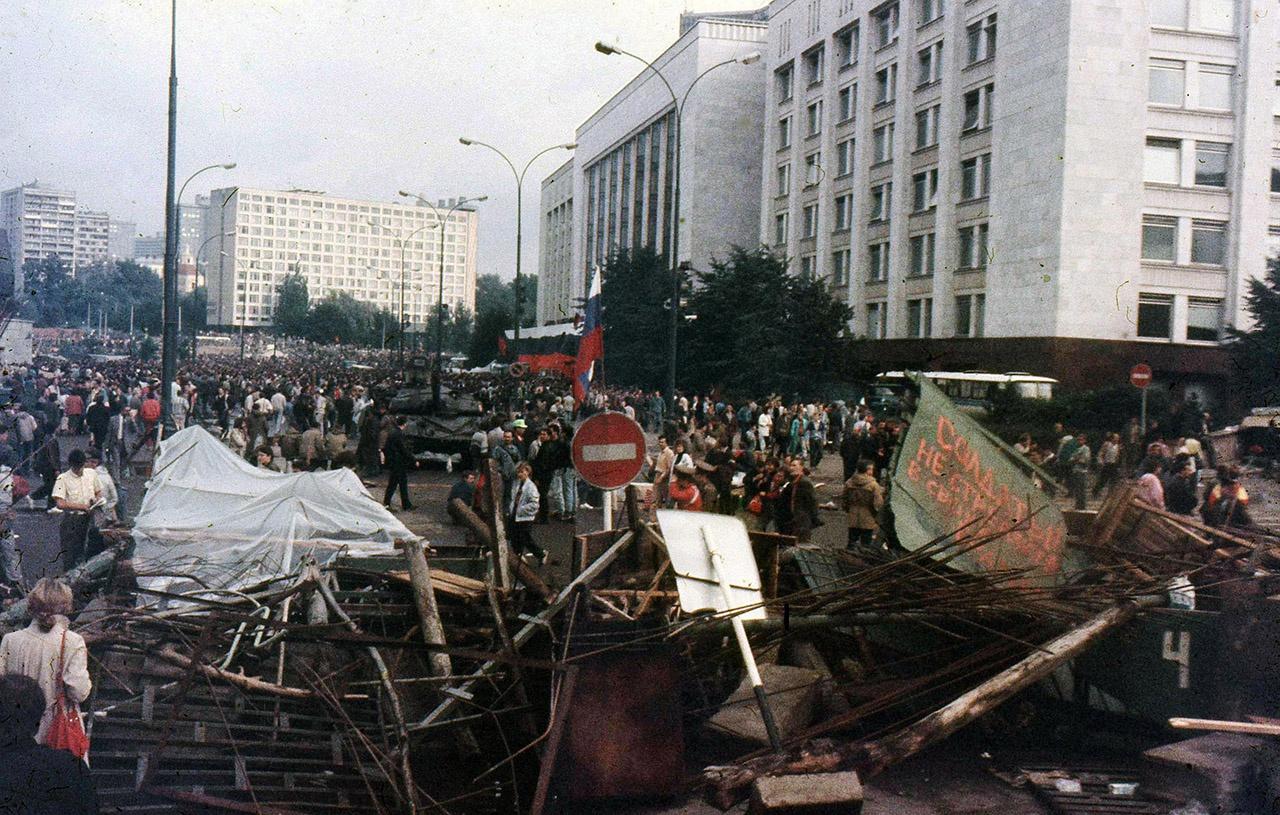 Серьёзный московский пролетариат не мог остановить конвейер или другое серьёзное производство, чтобы три дня слоняться у Белого дома.