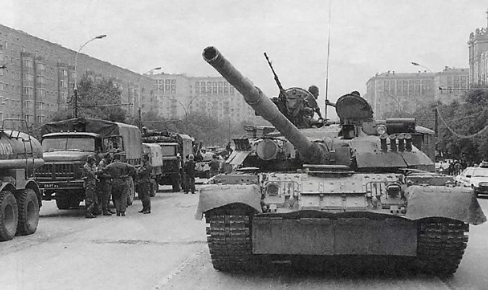 Генерал Александр Лебедь по приказу Павла Грачёва пригнал танки на охрану свиты первого президента России Бориса Ельцина.