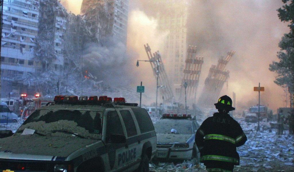 2977 человек погибли в результате терактов 11 сентября 2001 года в Нью-Йорке.