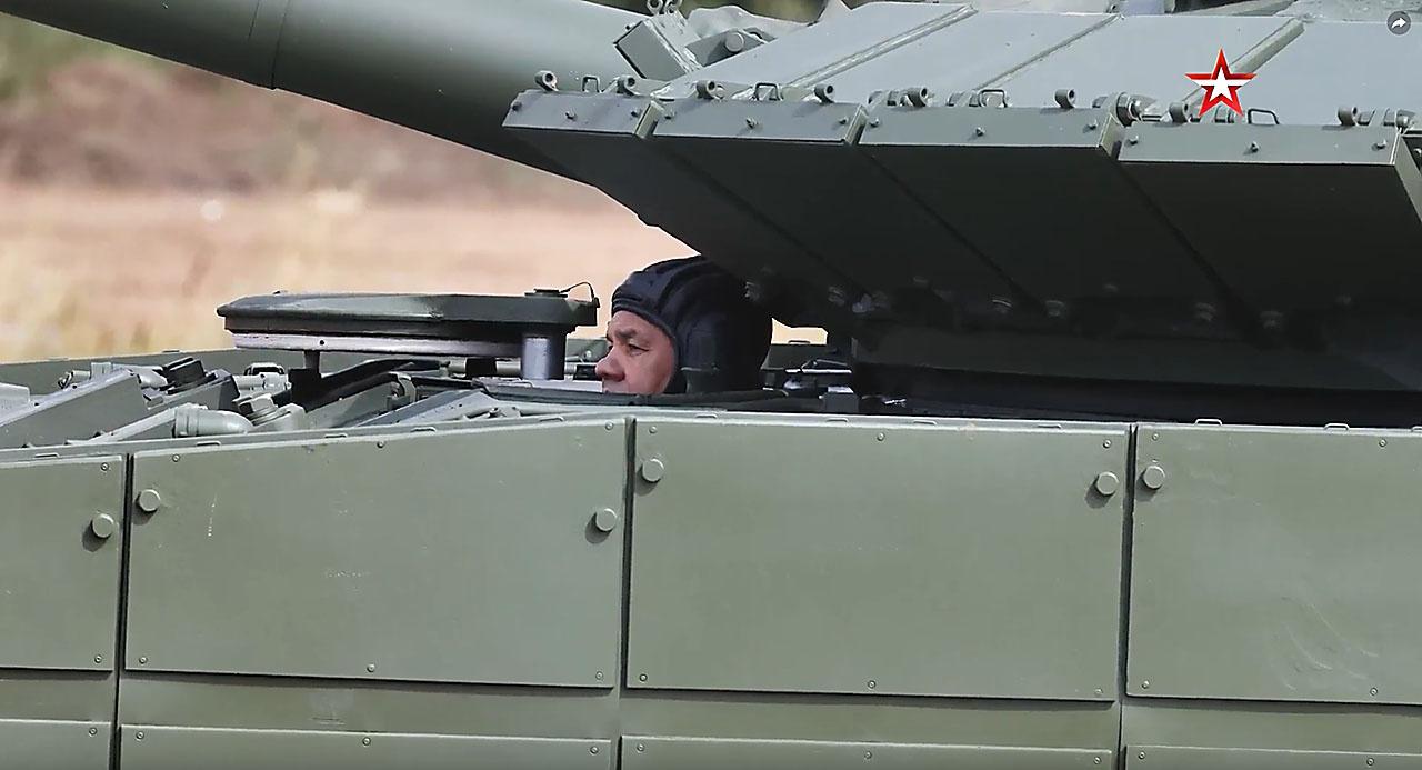 Сергей Кужугетович преодолел за рычагами танка Т-80БВМ подготовленную для состязаний танковых экипажей трассу протяжённостью свыше четырёх километров.