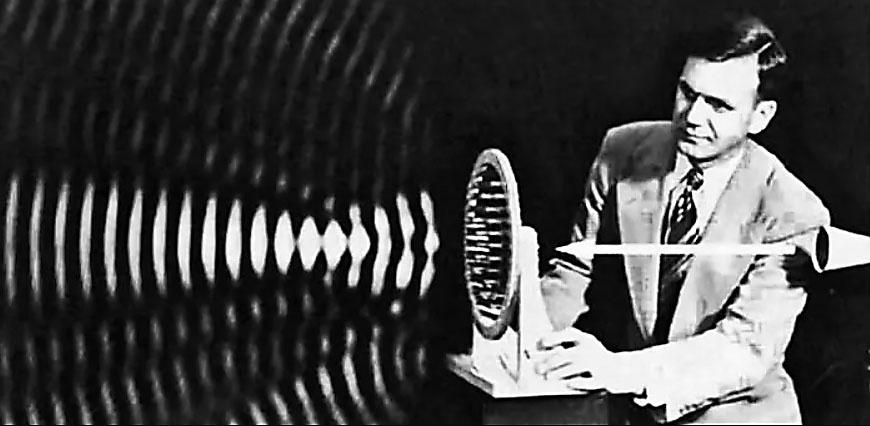 Физик-экспериментатор Роберт Вуд провёл эксперимент в одном из лондонских театров по созданию у зрителя атмосферы волнения и тревоги.