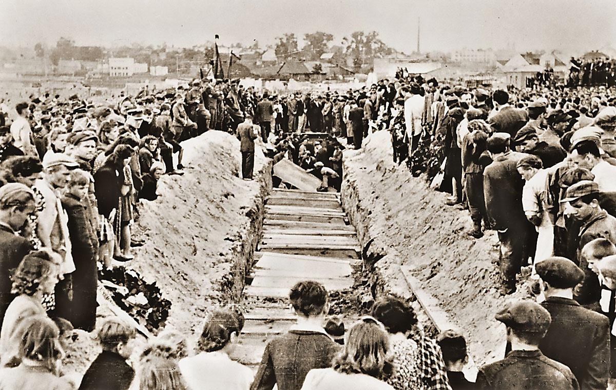 Похороны жертв еврейского погрома в Кельце в июле 1946 года.