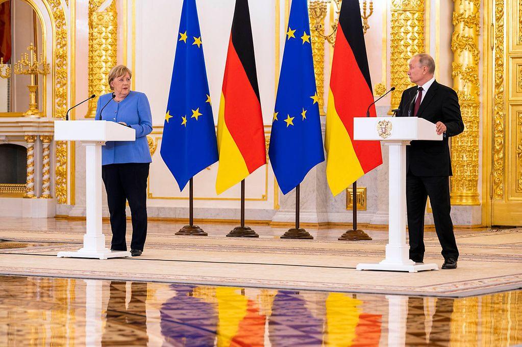 Путин во время итоговой пресс-конференции сдержанно выслушал жёсткие для прощального визита слова Меркель о Навальном, Крыме и Донбассе, но от резких комментариев благородно воздержался.