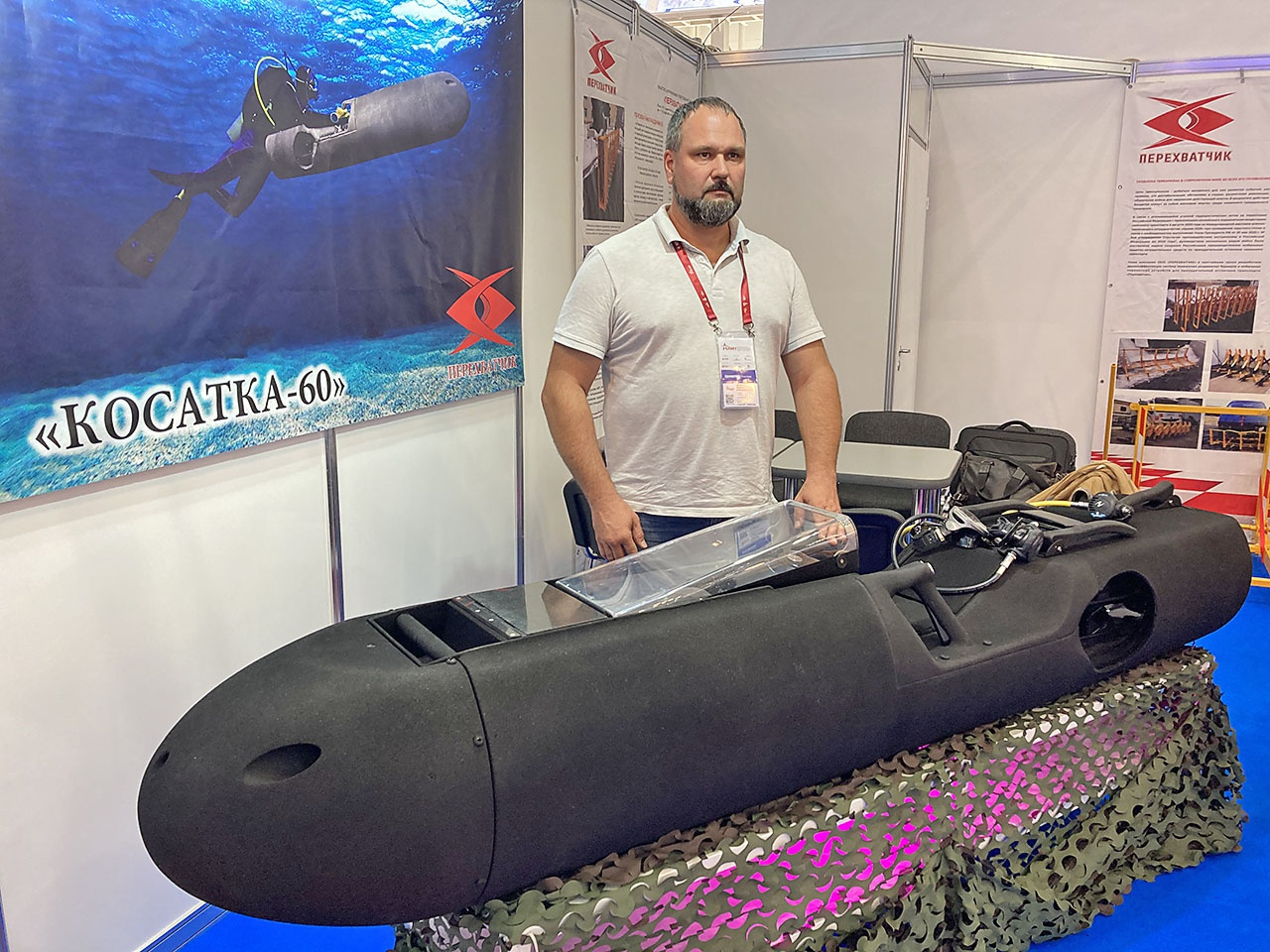 Генеральный директор и главный конструктор Андрей Астахов у макета «Косатки-60».