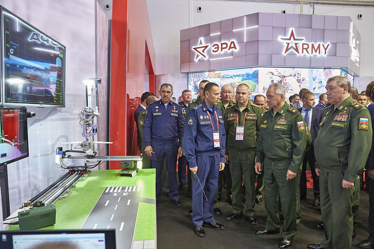 Министр обороны России генерал армии Сергей Шойгу осматривает экспозицию военного инновационного технополиса «ЭРА».