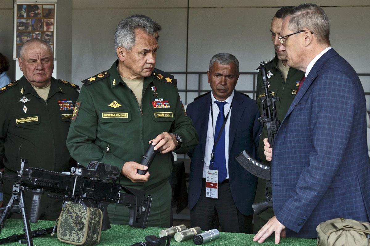Российское военное ведомство подписало контракты с группой компаний «Калашников» на поставку партий зенитных ракет и автоматов АК-12.